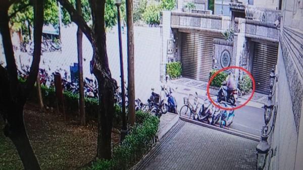 出獄男失業沒收入再犯竊案,警方調閱監視器查獲他作案身影。(記者王俊忠翻攝)