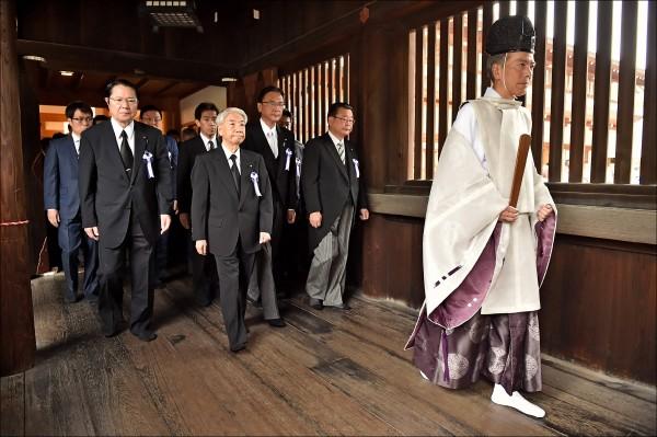 日本跨黨派議員聯盟約七十名議員,在十五日終戰紀念日集體到靖國神社參拜。(路透)