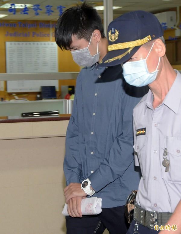 台北地方法院16日針對台大僑生陳皓揚(左)涉違反野生動物保育法案首度開庭,陳皓揚在法警的戒護下步入法庭。(記者黃耀徵攝)