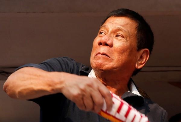 菲律賓總統杜特蒂又發驚人之語,15日他在一場演說中譴責「伊斯蘭國」(IS)的野蠻行徑,並且警告這個恐怖組織,他的野蠻程度比他們更勝10倍。(路透)