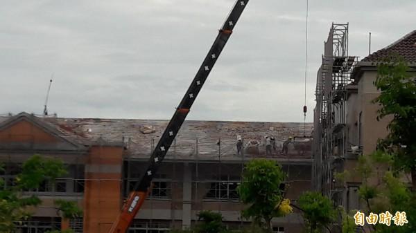 東海國中破碎屋瓦今天展開清理。(記者黃明堂攝)