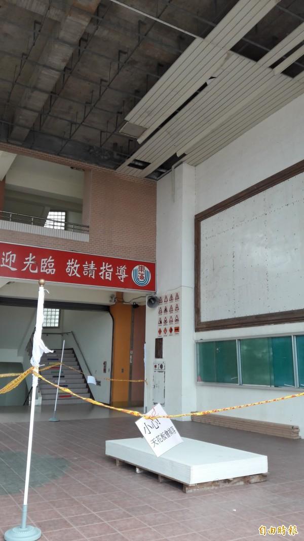 東海國中川堂還拉著封鎖線,告示寫著小心天花板會掉落。(記者黃明堂攝)