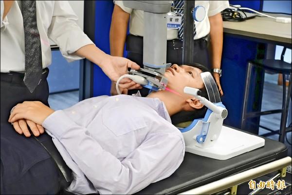透過「呼吸中止症電腦輔助診斷設備」,十分鐘內即能以超音波完成檢測。(記者吳欣恬攝)