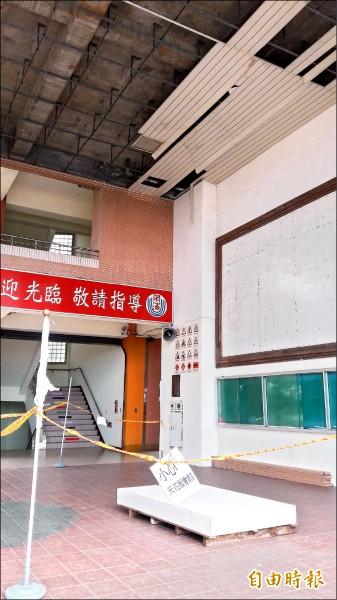 東海國中川堂目前仍拉起封鎖線,並設有告示牌提醒天花板會掉落。(記者黃明堂攝)