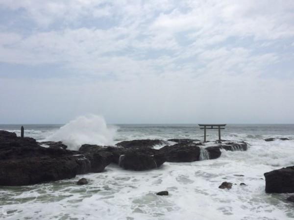 日本一名網友日前在社群媒體推特上發文,稱茨城縣大洗町一處礁岩上的鳥居竟是精靈寶可夢道館,而且還有玩家佔領。(圖片取自スミ松的推特)