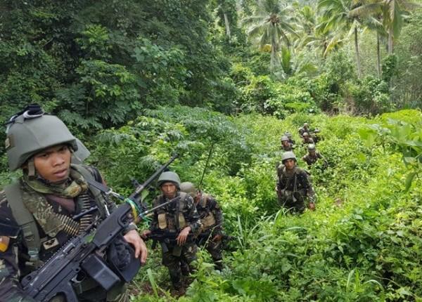 菲律賓一支特種部隊前往巴西蘭島的帝波帝波鎮清剿「阿布沙伊夫」,在大炮火力掩護下,成功奪取2座營地。(照片由西民答那峨島軍區公共事務處提供)