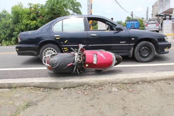 彰化縣田尾鄉前天發生一起汽車駕駛瘋狂逼車致機車騎士撞電桿身亡的案件。(記者顏宏駿翻攝)(記者顏宏駿攝)
