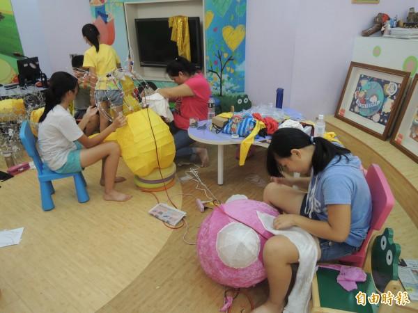 朝天宮今年花燈研習,不少老師攜子女一起參加。(記者陳燦坤攝)