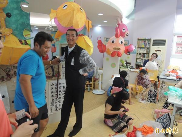 朝天宮董事長蔡咏锝(左二)前往花燈研習會場,為參加的教師加油、打氣。(記者陳燦坤攝)