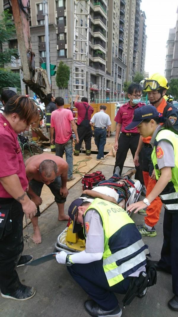 救護人員將許姓男子送醫。(記者游承霖翻攝)