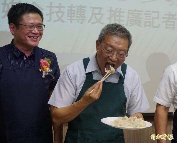 農糧署長陳建斌大口吃米水餃。(記者蔡淑媛攝)
