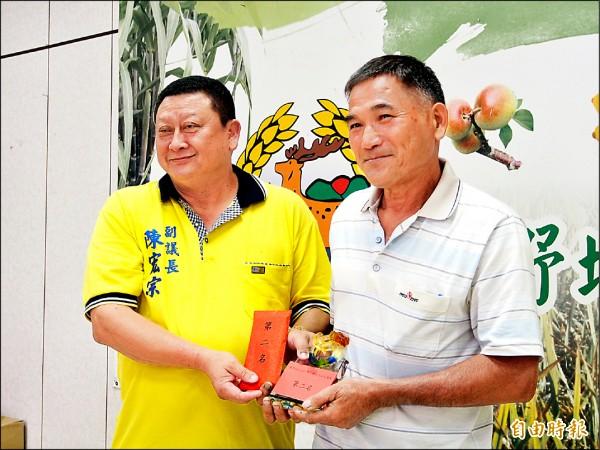 稻農鍾勇耀(右)獲鹿野稻米品質競賽第二名。(記者王秀亭攝)
