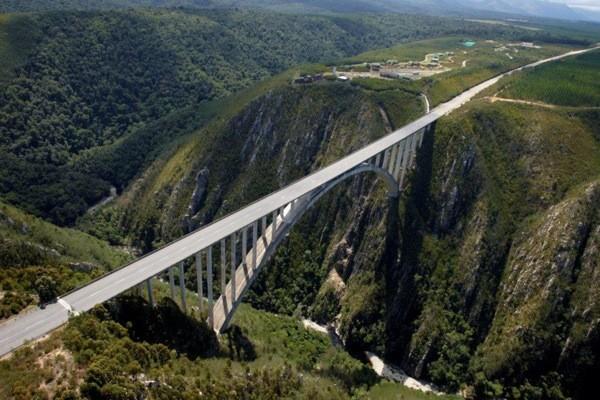 圖為布勞克朗大橋示意圖。高達216公尺,也是世界最高的高空彈跳點之一,然而,高空彈跳前也要記得檢查口袋。(圖擷取自GRINDTV)