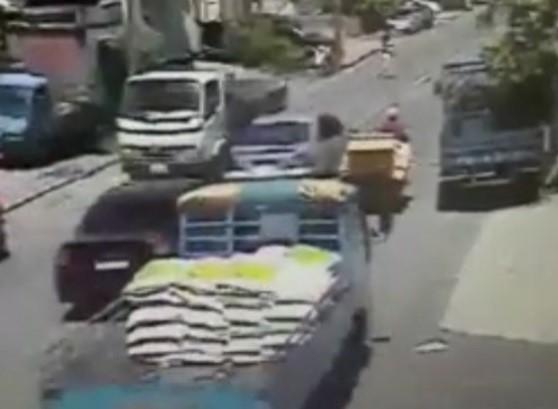 2車在大街上追逐鑽車。(記者黃捷翻攝) 附註:警方提供,來源勿見刊。