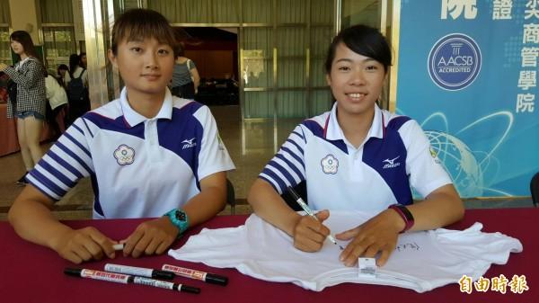 奧運射箭銅牌國手林詩嘉(左)、譚雅婷返回母校中華大學並舉行簽名會,受到師生英雄式歡呼。(記者蔡彰盛攝)