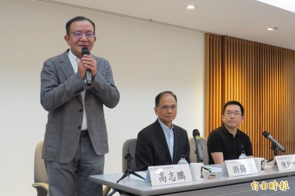 前行政院長游錫堃(中)今日稱讚立委高志鵬(左一)是著名的「三重金城武」。(記者陳鈺馥攝)