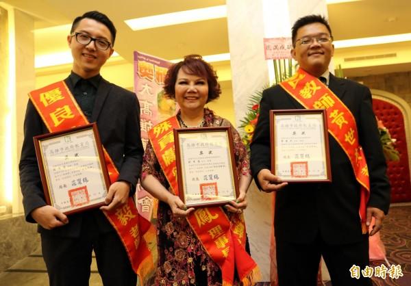 劉秀鳳榮獲特殊貢獻獎(中),黃世杰(右)與林俊毅(左)老師獲選優良教師。(記者洪定宏攝)
