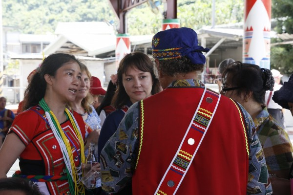 立法委員Kolas Yotaka (左一)在部落同意下邀請紐澳等四國外賓參加部落豐年祭。(Kolas Yotaka 辦公室提供)