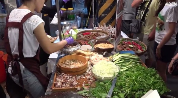 影片記錄大東夜市一道道美食的風景。(圖取自YouTube)
