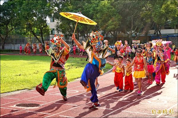 「龍鳳兒舞蹈團KIGA迎大士」隊伍獲踩街表演評比第一名。(記者曾迺強攝)