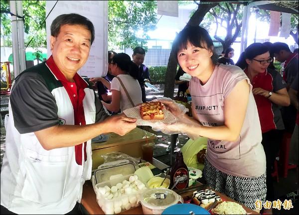 南台中家扶志工現做披薩義賣,該中心主任洪健胤(左)前去捧場。(記者張菁雅攝)