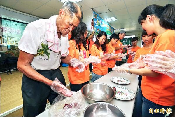 壯圍鄉古亭國際工作營,昨舉辦社區銀髮達人秀,82歲詹榮留(左一)教導各國青年志工做粿。(記者江志雄攝)