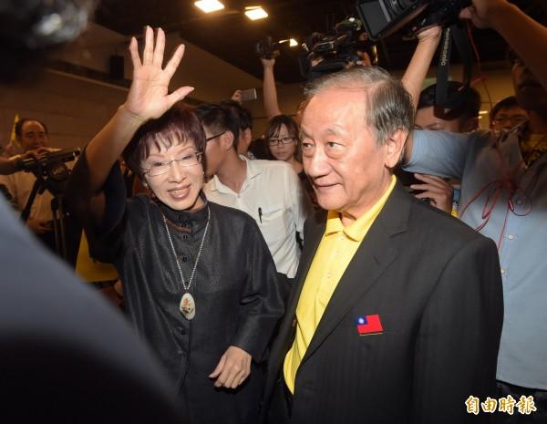 國民黨主席洪秀柱(左)21日下午出席新黨23週年黨慶大會,和新黨黨主席郁慕明(右)一同步入會場,洪向群眾揮手致意。(記者黃耀徵攝)