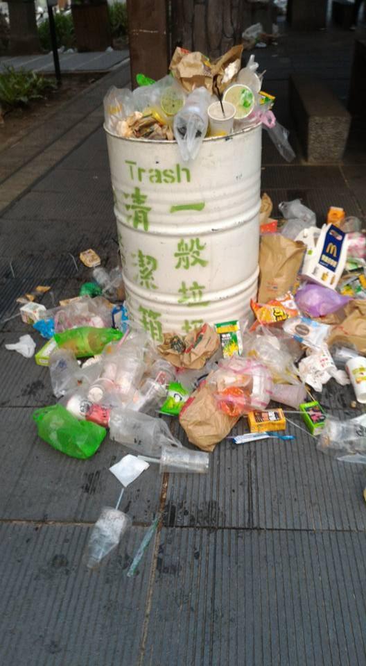 寶可夢人潮為北投公園製造滿地垃圾。垃圾桶爆滿,民眾就把垃圾丟在旁邊地上。(圖擷自王奕凱臉書)