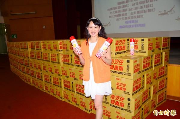 中台興化工捐贈了1萬罐的殺蟲劑,助學校防疫 。(記者吳俊鋒攝)