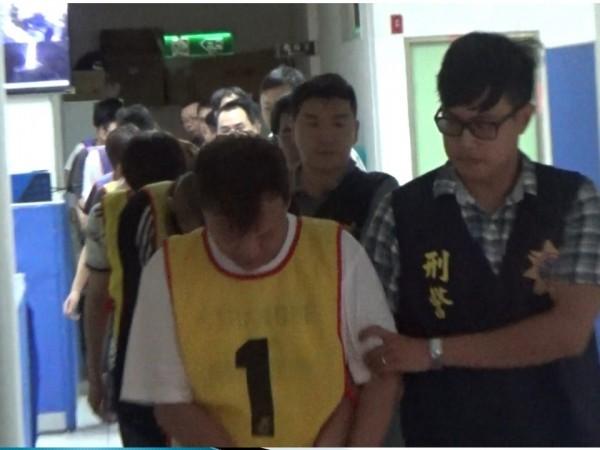 警方逮捕徐男為首的詐騙集團。(記者姚岳宏翻攝)