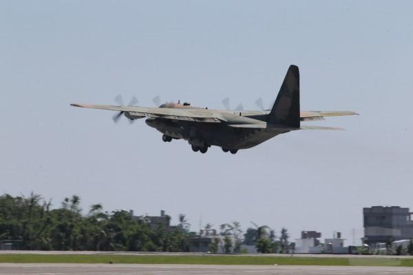 空軍C-130運輸機22日配合轉場演練,在完成後勤補保裝備卸載後,隨即起飛離場。(圖:軍聞社供)。