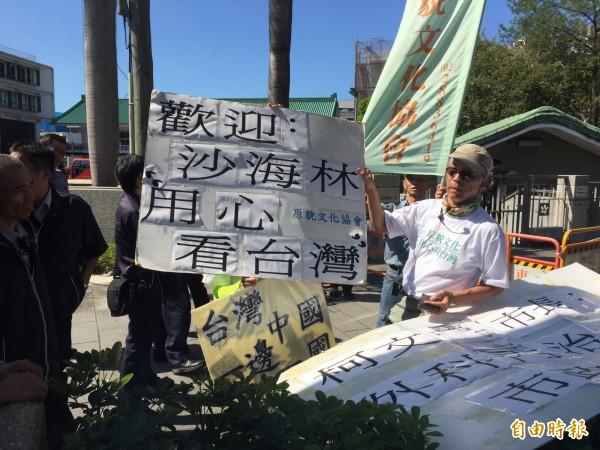 上海市常委、統戰部長沙海林今下午抵達陽明高中,參加台北、上海體育節開幕式,台灣文化原貌協會理事長林啟生等人到場「歡迎」。(記者郭安家攝)