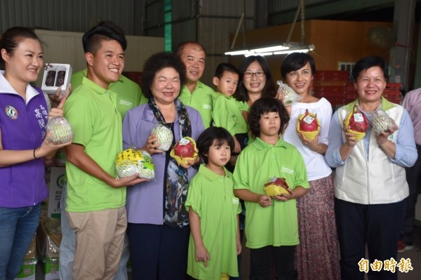 高市型農張厚深、許倫肇、鐘紹文獲選全台產銷履歷達人,市長陳菊(左3)親往祝賀。(記者蘇福男攝)