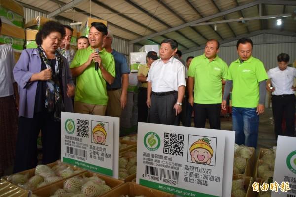 燕巢青隆果菜運銷合作社理事主席張厚深(左2)向市長陳菊(左)說明芭樂選別流程。(記者蘇福男攝)