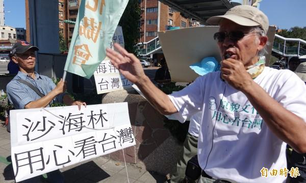 雙城論壇22日登場,中共上海市委員會常委、統戰部長沙海林抵台後,首先來到陽明高中參加「2016台北上海中學生體育節交流活動」,場外則有原貌文化協會成員在場外抗議。(記者劉信德攝)