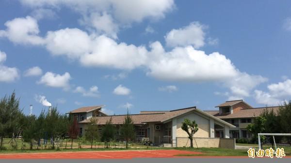 行政院指示許厝分校暫時遷校,黃國昌認為有進步,但問題仍然沒有解決。(記者黃淑莉攝)