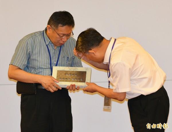 台北市長柯文哲22日在市府餐廳設宴款待上海統戰部長沙海林一行,雙方互換禮物。(記者張嘉明攝)