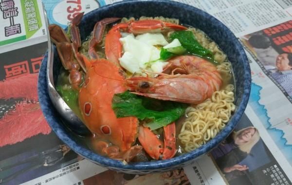 網友分享在澎湖用滿滿海鮮食材煮泡麵,讓人羨慕。(圖擷自《Dcard》)