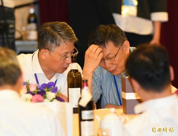 台北市長柯文哲22日在市府餐廳設宴款待上海統戰部長沙海林一行,席間兩人交換意見。(記者張嘉明攝)