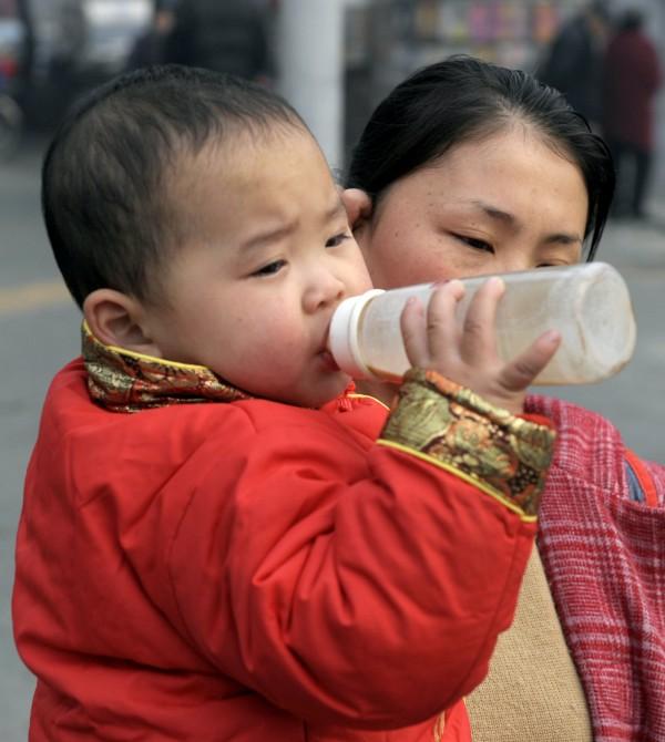 中國官方奶業協會日前發布《中國奶業質量報告》,稱去年全國乳製品抽檢合格率達到99.5%。(資料照,法新社)