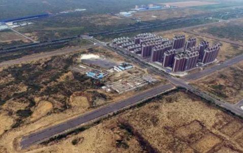 中國陝西省一個公宅社區因位處沙漠邊緣,自2013年開始交屋後,社區周邊數年來始終沒有相關民生設施,至今社區的入住率不到1成。(圖截自中國網路)