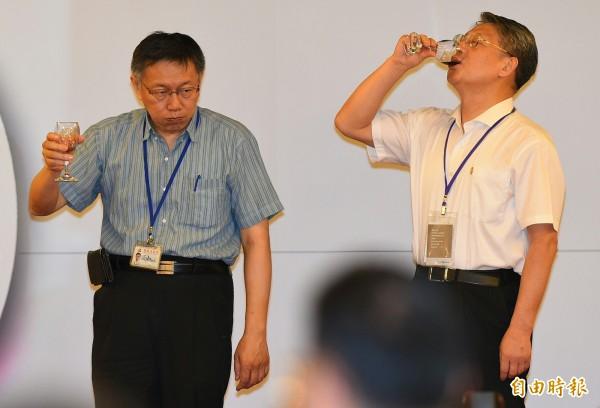 台北市長柯文哲22日在市府餐廳設宴款待上海統戰部長沙海林一行,雙方相互敬酒。(記者張嘉明攝)