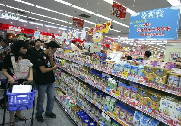 部分中國網友仍對中國製的奶粉不放心。(資料照,美聯社)