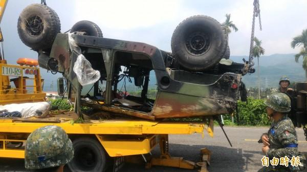 悍馬車路邊翻覆,車上四人有兩人受傷。(記者陳彥廷攝)