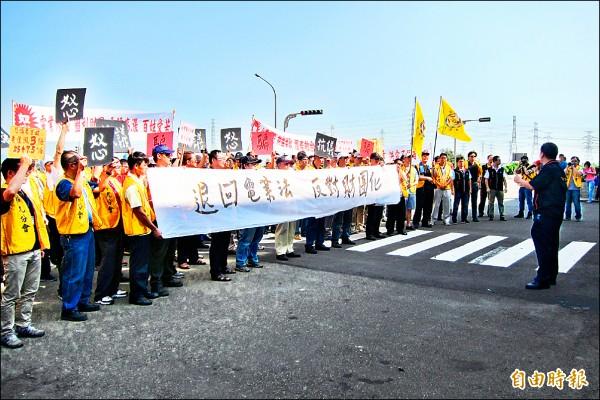 台電工會昨天集結抗議,反對廠網分離切割台電。(記者何宗翰攝)