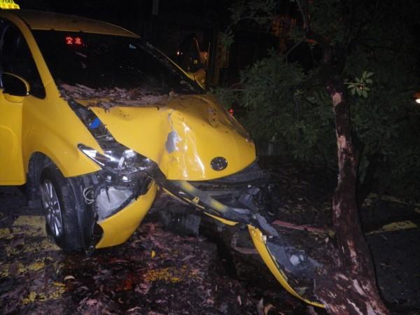 計程車撞倒分隔島路樹。(記者洪定宏翻攝)