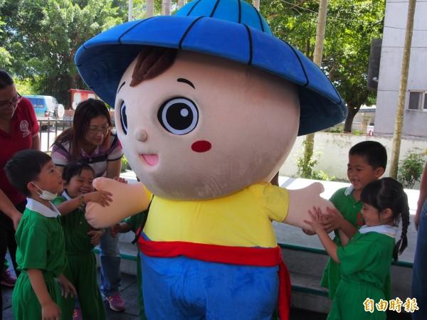 水順仔前進校園,讓幼兒園學童好開心。(記者王秀亭攝)