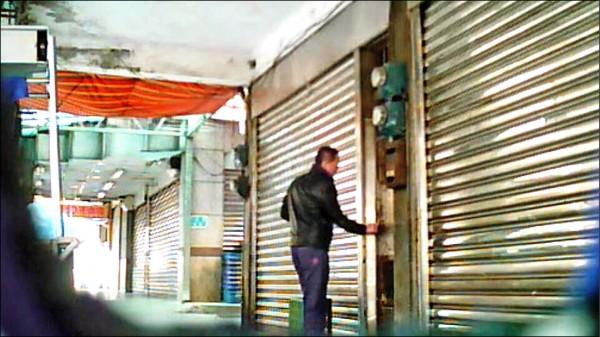 偵查佐黃勝源持鑰匙進入林妻租處,被徵信社拍下。 (林先生提供,記者林嘉東翻攝)