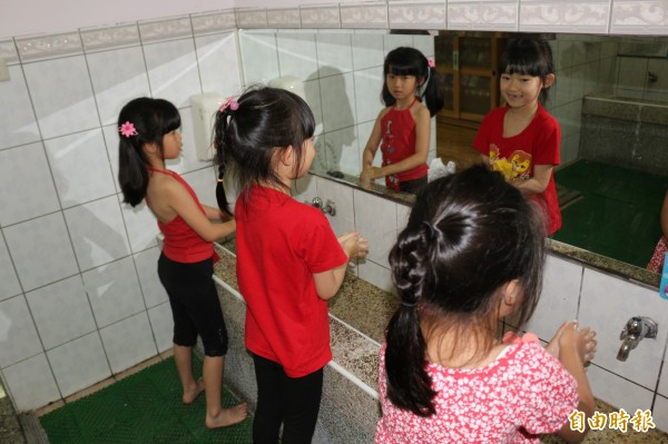 預防腸病毒,勤洗手是關鍵。(資料照,記者詹士弘攝)