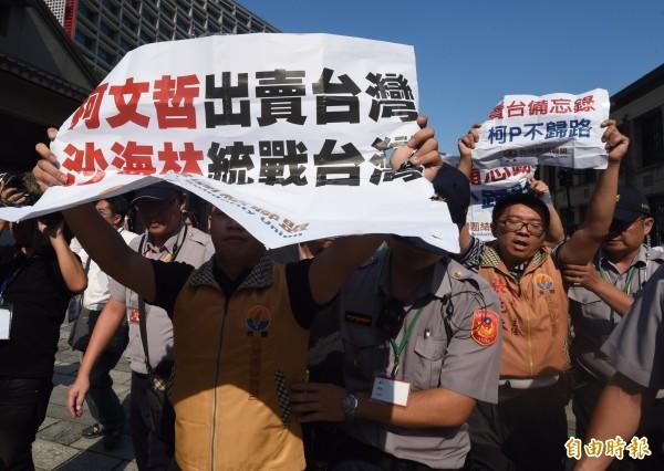 獨立評論員曹長青針對此次台北市長柯文哲所辦的雙城論壇提出看法,他認為這不該叫雙城論壇應該改叫「輸誠論壇」。(記者簡榮豐攝)
